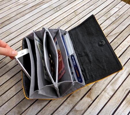 Gelbes Portemonnaie Nr 530 mit Fächertaschen und Totenkopfverschluß geöffnet und befüllt (dient der Deko, nicht inkl im Preis)