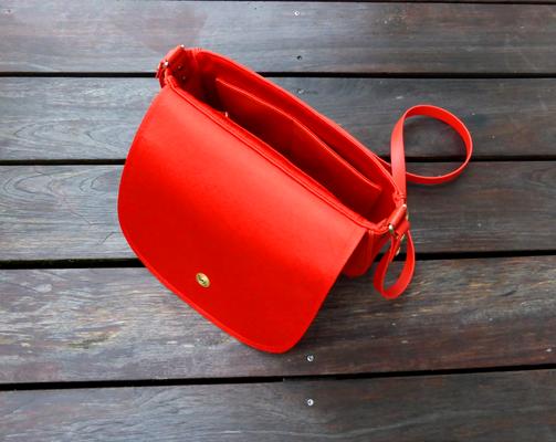Satteltasche FlameRed mit Kedernaht und Messing Loxx-Verschluß geöffnet
