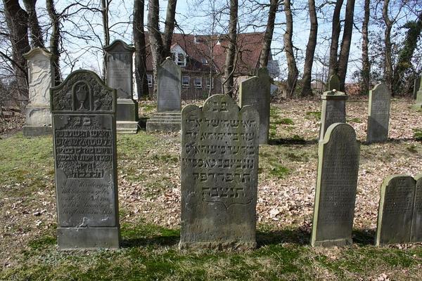 Jüdischer Friedhof (Aufn. W., 2009, aus: wikipedia.org, CCO und M.J.Schmidt, Oldenburg)