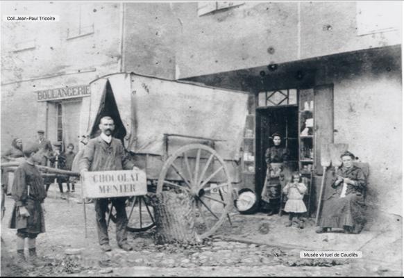 Boulangerie Mandoul en arrière plan, au premier plan l'épicerie Millé sur la place de la Mairie