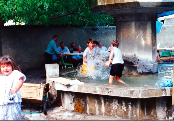 Mur de séparation de la cour avec la plca de la Fontaine (août 1995)