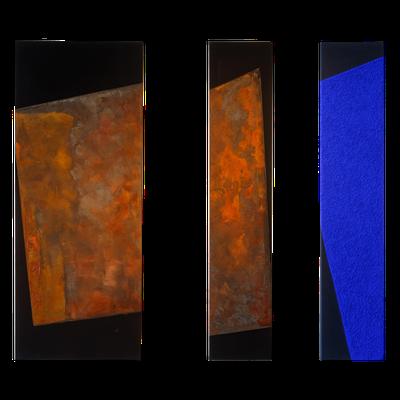 Schwarzer Canvas, Eisenfeilspäne, Grafitpuder - 150 x 60 cm, 2015 // Schwarzer Canvas, Eisenfeilspäne - 150 x 30cm, 2015 // Dunkelblauer Stoff, Marmormehl, Ultramarinblau - 150 x 30 cm, 1999