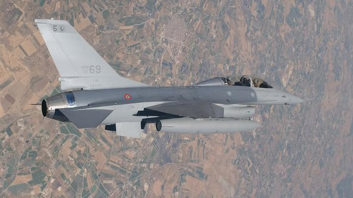 Un F-16B OCU per l'addestramento operativo dei piloti. (Foto: Troupe Azzurra)