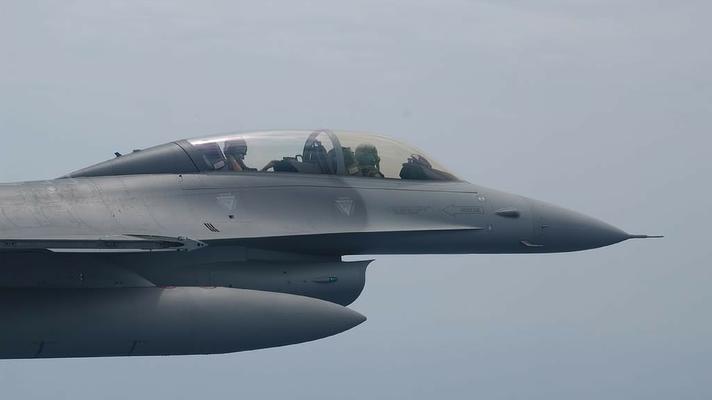 L'abitacolo di un F-16B OCU del 5° Stormo, malgrado l'aggiunta di un secondo posto le caratteristiche di volo rispetto al monoposto sono pressocché identiche. (Foto: Troupe Azzurra)