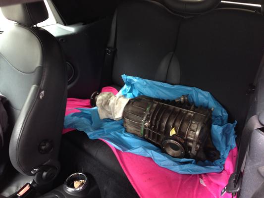 getriebe auf der rückbank eines minis