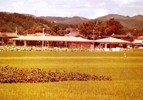 一面の田畑の中に完成した2代目園舎(1970年)