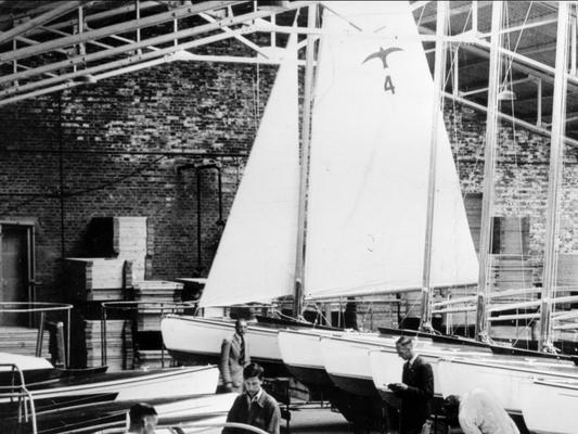 Valk 4 in de loods van Bruynzeel Zaandam , maart 1940