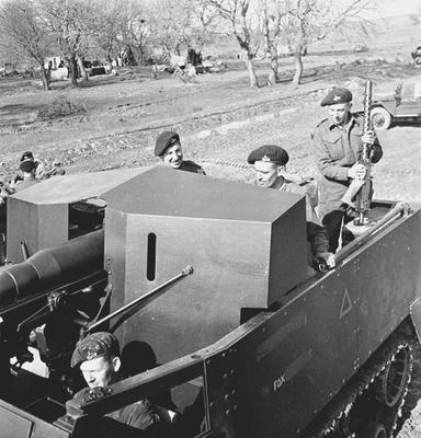 Soldati dei Royal Canadian Dragoons su un mezzo corazzato, nelle Piane di Larino