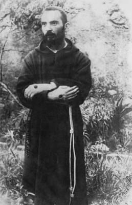 A scattare questa fotografia, rimasta famosa, come pure le altre due, fu padre Placido Bux, che diede precise indicazioni al confratello circa la postura da assumere, così come gli era stato raccomandato dal suo Superiore provinciale (19 agosto 1919)