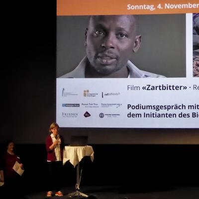 Vereinspräsidentin Regula Saameli stellt den Film und Yayra Glover vor