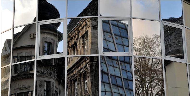 Fensterspiegelung mit Sparkasse, Rathaus und Lutherkirche
