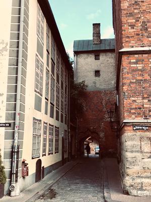 Die schmale Gasse führt zum Klostertor, der dahinter gelegene Johannishof zeigt die Reste des ehemaligen Kreuzgangs und Fragmente des ersten Bischofssitzes.