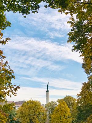 Das Freiheitsdenkmal stammt aus der Zeit der ersten Unabhängigkeit und gilt als lettisches Nationaldenkmal. Die Sowjets versuchten immer wieder, es zu entfernen. Während Demonstrationen in den 1990-er Jahren immer wieder Versammlungsort.