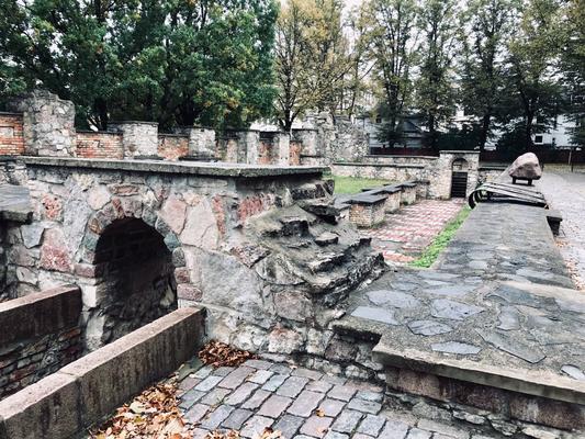 Auf dem Weg zum ehemaligen Rigaer Ghetto gelangt man zu den Mauerresten der Großen Choral-Synagoge. In ihr wurden gleich nach der deutschen Besetzung 300 Juden eingeschlossen und verbrannt.