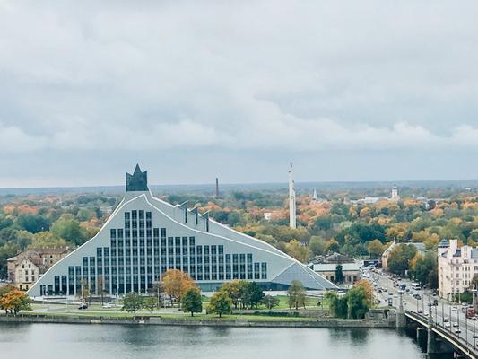 Mehr als 25 Jahre dauerten Planung und Bau der lettischen Nationalbibliothek. Der Nimbus des Baukörpers basiert auf lettischen Mythen, der Erlösung einer Prinzessin aus ewigem Schlaf und die Freiheit des lettischen Volkes durch ein Lichtschloss.