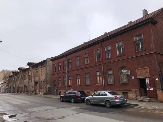 Im Bereich der Ludzas iela befand sich das Rigaer Ghetto. Zwischen 1941 bis 1943 sperrten die deutschen Besatzer mind. 30.000 Juden ein, von denen 26.000 in den benachbarten Wäldern erschossen wurden.