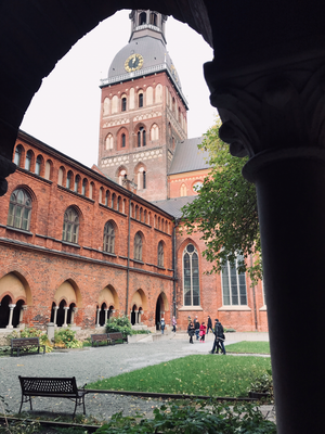 Der mächtige Rigaer Dom wurde 1211 errichtet auf kurischen Grabsteinen Der Kreuzgang aus dem 13. Jhdt. ist ein Meisterstück der frühen baltischen Gotik.