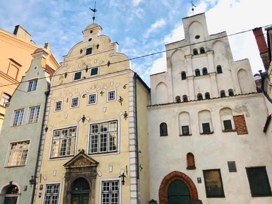 """Eins der bekanntesten Häuserensembles in Riga sin die """"3 Brüder"""". Das rechte Haus mit dem gotischen Treppengiebel wurde im 15. Jhdt. erbaut und gilt als das älteste erhaltene Wohnhaus Rigas. Die anderen Häuser sind jüngeren Datums."""