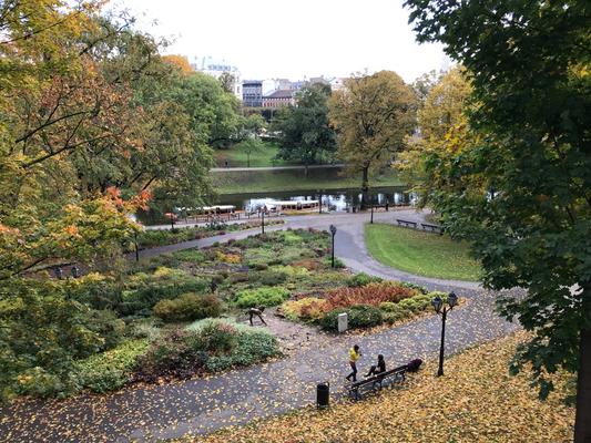 Ein verzweigtes Wegesystem mit Blumenrabatten begleiten den historischen Stadtkanal.