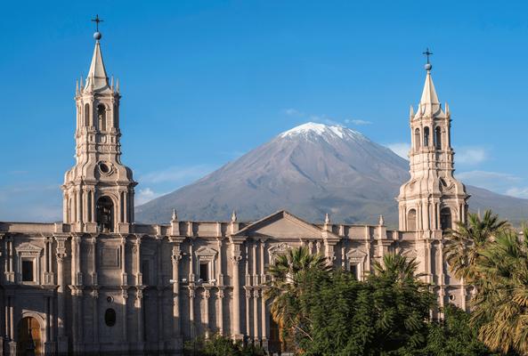 Die quirrlige Stadt Arequipa breitet sich auf einer sonnigen Andenterrasse aus und ist mit 2.335 m noch in der moderaten Zone. Die Stadt zeichnet sich vor allem durch das grandiose Panorama der umliegenden Vulkane aus.