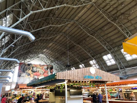 Für die 5 großen Markthallen des Zentralmarktes sind Teile eines ehemaligen Zeppelinhangars aus den 1920er-Jahren verwandt worden.