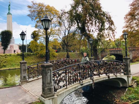 Kleine Liebesbrücken, an denen frisch verliebte Paare als Zeichen der Verbundenheit ein kleines Schloss anbringen, überspannen den Kanal.
