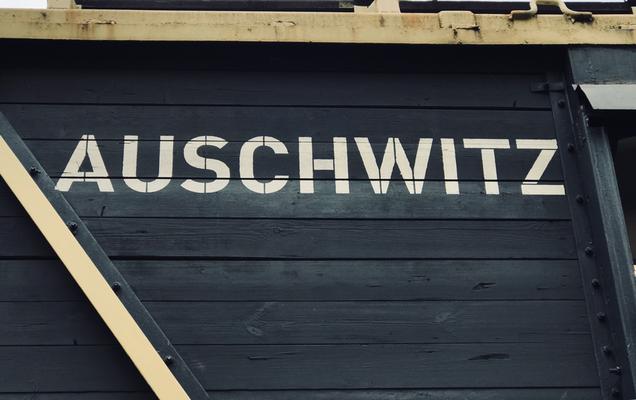 Ein Originalwaggon der Reichsbahn war mit einem Hinweis auf die Endstation der Fahrt versehen.