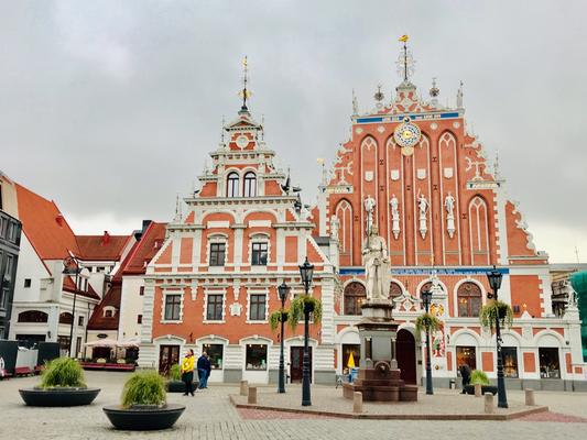 Der Rathausplatz mit dem Schwarzhäupterhaus wurde während des 2. Weltkriegs weitgehend zerstört. Beim Wiederaufbau des Hauses aus dem 14. Jhdt. wurde viel Wert auf Detailtreue gelegt, war es doch einst das prachtvollste Gebäude in Riga.