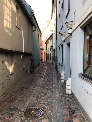 Die schmale Troksnu iela entlang der ehemaligen Stadtmauer war im 19. Jhdt. bekannt für die zahlreichen Prostituierten, die hier ihre kleinen Zimmer hatten.