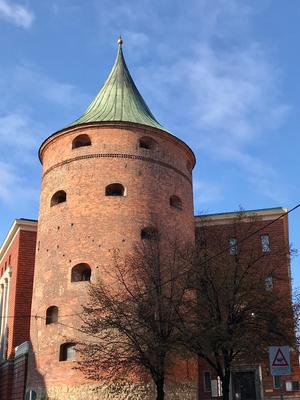 Der Pulverturm ist der einzige erhaltene von einst 28 Festungstürmen in der Stadt. Anfang des 14. Jhdts. erbaut, beherbergt er heute einen Teil des Kriegsmuseums.