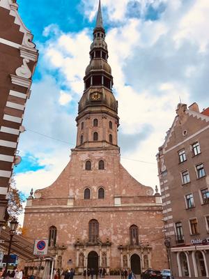 Die Petrikirche von 1209 wird heute nur noch für Konzerte verwandt. Mit einem eingebauten Fahrstuhl gelangt man auf eine 72 m hohe Aussichtsplattform.