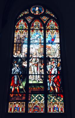 Die kostbaren und farbenprächtigen Fenster wurden im 19. Jhdt. in Dresden und München gefertigt und  runden die prächtige Auskleidung des Gotteshauses ab.
