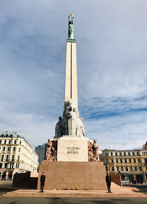 Das 42 m hohe Monument krönt eine Kupferstatue. Eingeweiht wurde es am 18.11.1935 zur Feier des 15. Jahrestages der Ausrufung der freien Republik Lettland.