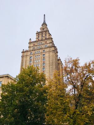 Nur wenige Schritte vom Zentralmarkt entfernt markiert die Akademie der Wissenschaften den Anfang der Moskauer Vorstadt. 1958 wurde dieses Gebäude als Haus für Kolchosebauern im Stil Stalins erbaut