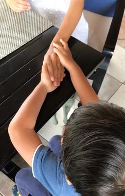 「ママにもやってあげる!」かわいい手で撫でてもらう至福の時