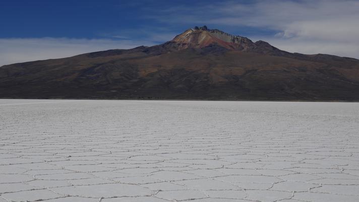 In der Salzwüste mit einem grossen Vulkan Tunupa (5400m) im Hintergrund