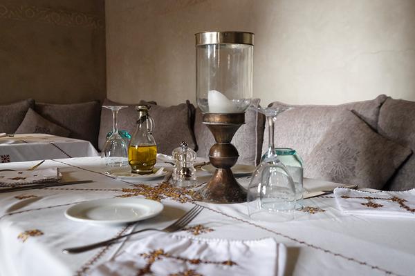 Handgestickte Tischdecken in Traditionen Mustern im Restaurant