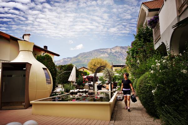 Villa Groff im Garten mit Sauna