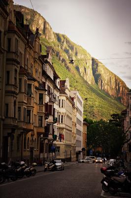 Abendstimmung in Bozen mit Blick auf die Berge