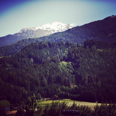 Hier liegt sogar noch Ende Mail Schnee auf den Bergen.