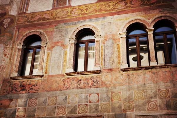 Altes Gebäude mit Wandmalerei in Trient