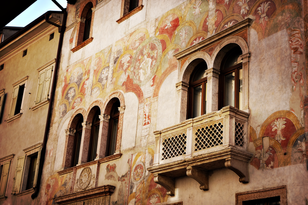 Wandmalerei an altem Gebäude in Trient