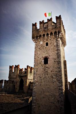 Die Burg in Sirmione am Garda See. Am besten gleich früh morgens die Burg besuchen.