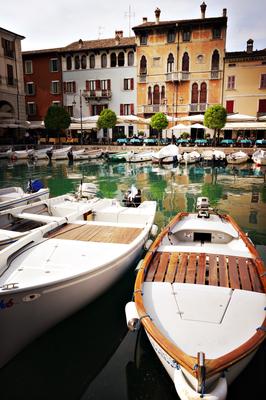 Der kleinen Binnenhafen von Desenzano am Garda See