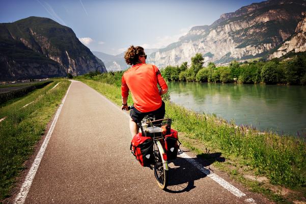 Der Radweg an der Etsch entlang zwischen Auer und Trient
