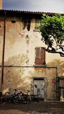 Unser Fahrradparkplatz in Desenzano am Lago di Garda fast direkt am kleinen Hafen. Desenzano hat irgendwie Stil und es macht Spaß dort Zeit zu verbringen
