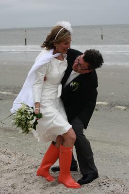kurzes Brautkleid mit roten Gummistiefeln