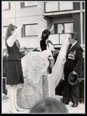 Открытие памятного знака Мелентьевым А.И. состоялось 30 мая 1988 года. Памятный знак создан по проекту Мухамедзянова Шамиля Шакировича - учителя школы №3.