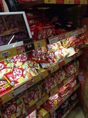 Es gibt hier bestimmt 15 Sorten Kitkat, inkl. Gruener Tee natuerlich