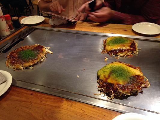 Japanische Pfannkuchen, zum am Tisch selber fertigbraten. Okonomiyaki.